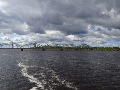 Řeka Daugava a železniční most